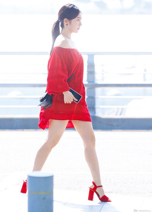 Trong bức ảnh do fan chụp, tỉ lệ cơ thể của Irene không tệ như netizen chê bai. Vấn đề chỉ ở cách chọn góc chụp và nữ ca sĩ vẫn xinh đẹp.