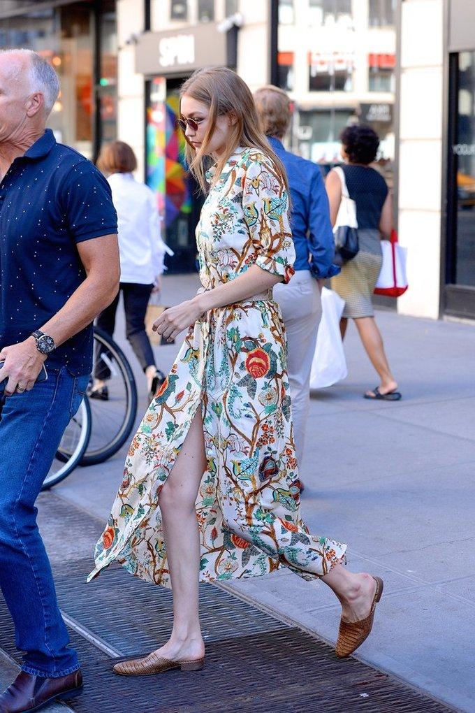 """<p> Chiếc shirtdress in họa tiết hoa sáng màu với phần chân váy xẻ tà mang đến cho Gigi vẻ ngoài vừa thanh lịch nữ tính vừa thời thượng. Rất nhiều tờ báo Hollywood đã dành những lời khen cho streetstyle lần này của chân dài 9x. Tạp chí <em>Vogue</em> gọi đây là """"chiếc váy hoàn hảo"""" cho mùa hè.</p>"""