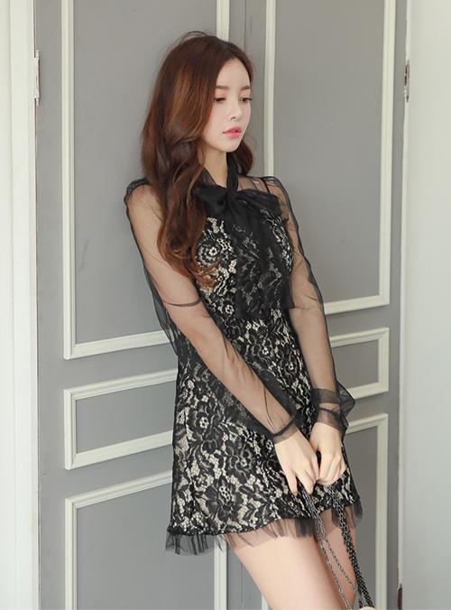 Váy đắp ren và xuyên thấu trông sang chảnh chẳng kém hàng cao cấp, tuy nhiên được bán với giá chỉ 27.000 Won (tương đương 550k). Đây là một trong những món đồ rẻ nhất trong tủ đồ của Jennie.