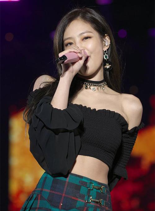 Chiếc croptop này được Jennie sử dụng để biểu diễn trên sân khấu, giúp cô nàng khoe vai trần và bờ eo thon.