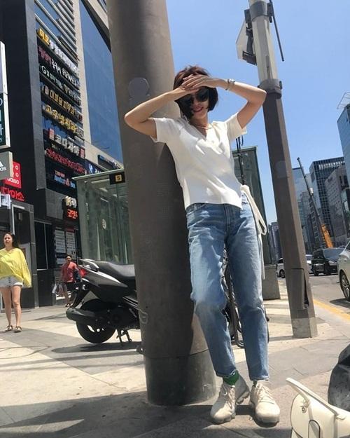 Hwang Jung Eum phối đồ dạo phố vừa thoải mái vừa trẻ trung.