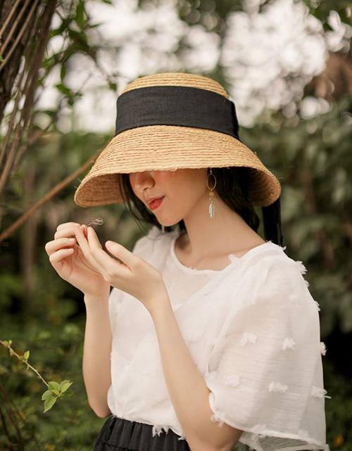 Mũ cói rộng vành là item không còn xa lạ với những cô nàng yêu thời trang. Trước đây, mũ rộng vành thường được bẻ hơi hất lên, nhằm mục đích che nắng nhưng vẫn giúp con gái khoe khéo gương mặt đẹp. Mùa hè năm nay, mũ cói vành rộng thông thường đã hạ nhiệt, nhường chỗ cho xu hướng mới là vành cụp.