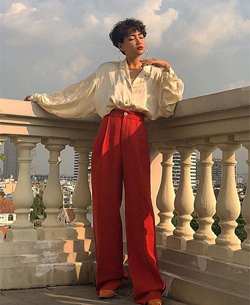 Nàng fashionista sở hữu cách ăn mặc thú vị, không thể đụng hàng. Công thức mix đồ của Louis Hà thường là sơ mi, croptop đi cùng quần suông cạp cao, kết hợp cùng những món phụ kiện cổ điển như mắt kính retro, hoa tai tròn to bản, thắt lưng khóa kim loại...