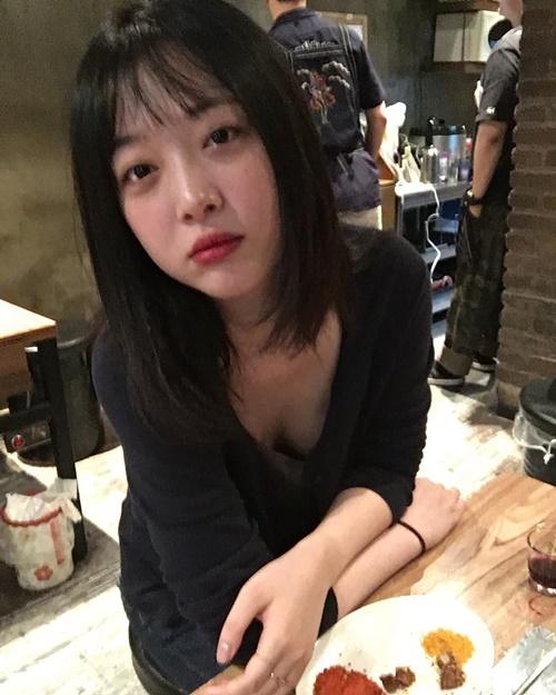 Ngày 9/6, Sulli lại gây tranh cãi khi thả rông vòng một. Cô bị cho là nữ idol làm gì cũng bị ghét.