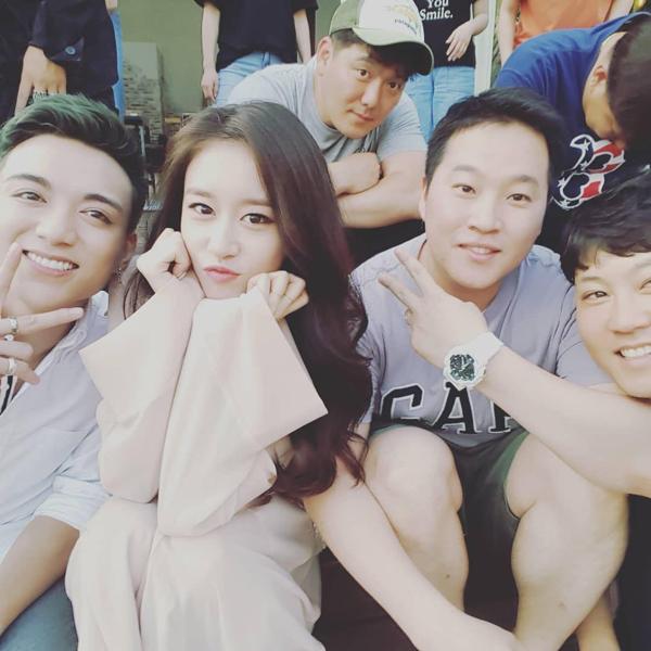 Jiyeon vàSoobin Hoàng Sơn (trái)vui vẻ chụp ảnh cùng nhau trong khi làm việc chung.