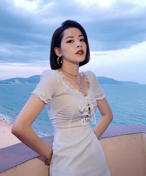 Chi Pu khoe tóc ngắn, eo thon ở biển Quy Nhơn trước giờ biểu diễn ở chung khảo Hoa hậu Việt Nam 2018 khu vực phía Nam.