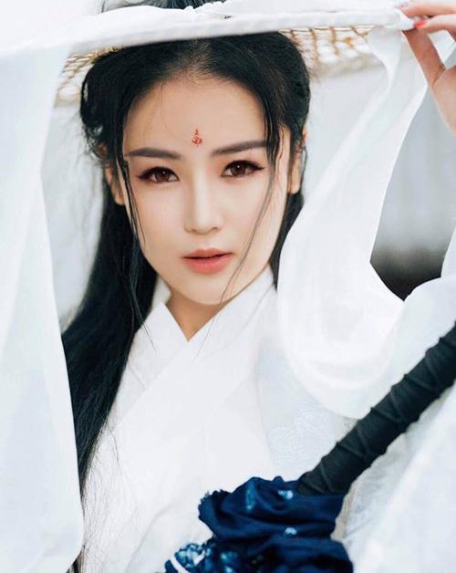 Hương Tràm xinh ngất ngây khi thử tạo hình cổ trang giống Tiểu Long Nữ.