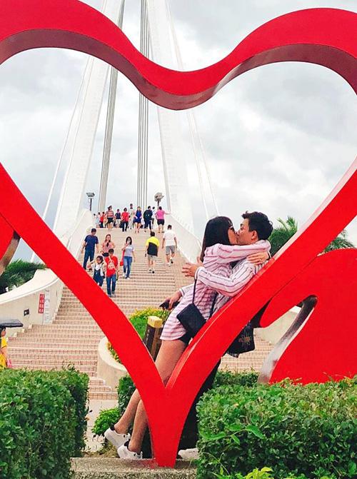 Hari Won được ông xã Trấn Thành đưa đi Đài Loan chơi mừng sinh nhật. Cặp đôi không ngại khóa môi tình tứ nơi đông người.