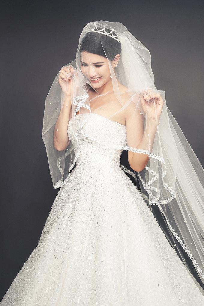 <p> Trang Trần trở nên dịu dàng, mong manh trong chiếc váy cưới khá cầu kỳ của NTK Chung Thanh Phong.</p>