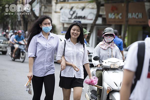 Tại địa điểm thi ở trường THPT Chu Văn An (Hà Nội), các bạn thí sinh dã có mặt ở trường từ khá sớm. Mọi người vui vẻ, thoải mái trước kỳ thi quan trọng trước mắt này.