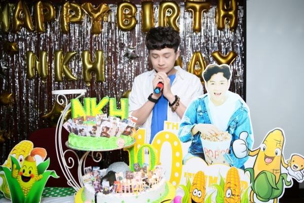 Ngô Kiến Huy lần thứ 10 cùng fan thổi nến mừng sinh nhật.