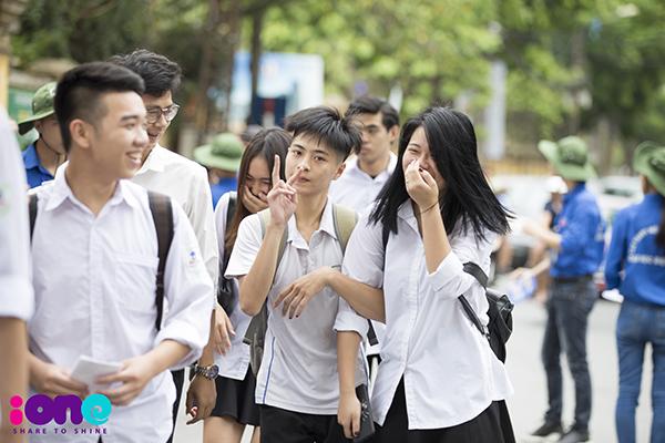 24/6 là ngày đầu tiên của kỳ thi tốt nghiệp THPTQuốc gia. Các thí sinh trên cả nước đến địa điểm thi của mình để nghe phổ biến quy chế thi và làm thủ tục.