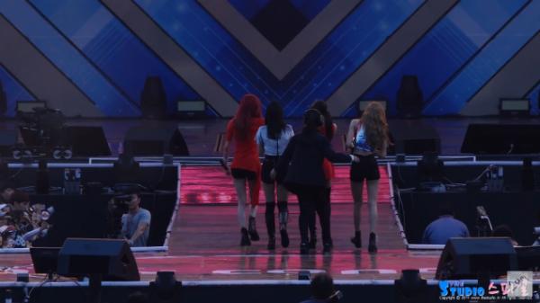 Black Pink bị đưa khỏi sân khấu trong sự ngỡ ngàng.