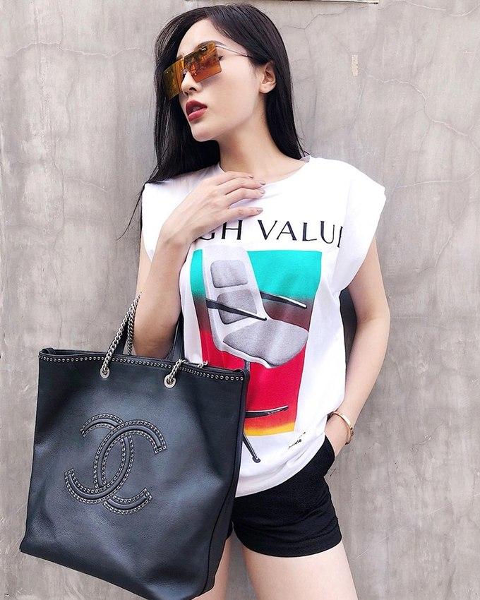 <p> Chiếc túi Chanel bản to có giá gần 114 triệu đồng là món đồ yêu thích, được Kỳ Duyên mang theo trong nhiều chuyến du lịch hay đi chơi cùng bạn bè. Kính Dior hơn 11 triệu đồng cũng tô điểm cho tổng thể một cách hiệu quả.</p>
