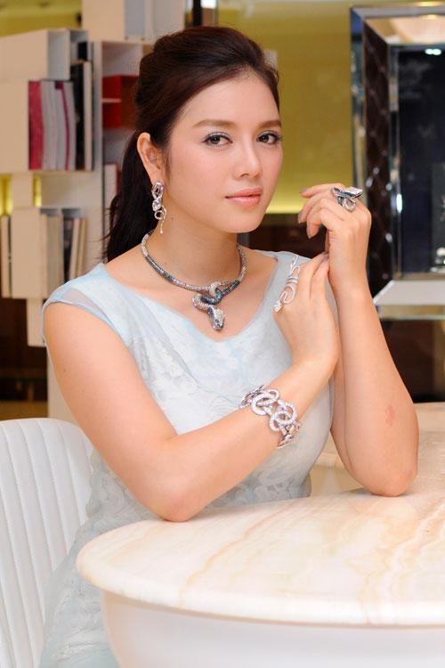 Thân là bà chủ tiệm kim cương, Lý Nhã Kỳ chắc chắn không thiếu nhẫn tinh xảo bạc tỷ để trưng hết khi muốn có diện mạo ấn tượng.