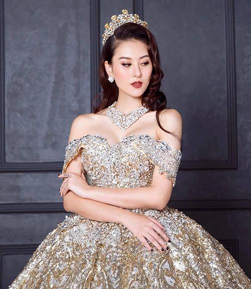 Hà Lade lộng lẫy như nữ hoàng trong bộ trang phục dạ hội chạm trổ cầu kỳ, đội cả vương miện.