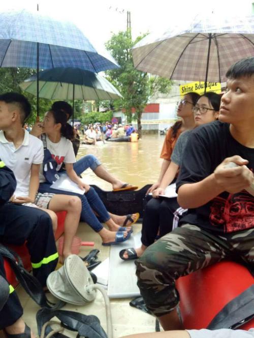 Thí sinh tại Hà Giang phải di chuyển bằng xuồng cao su.
