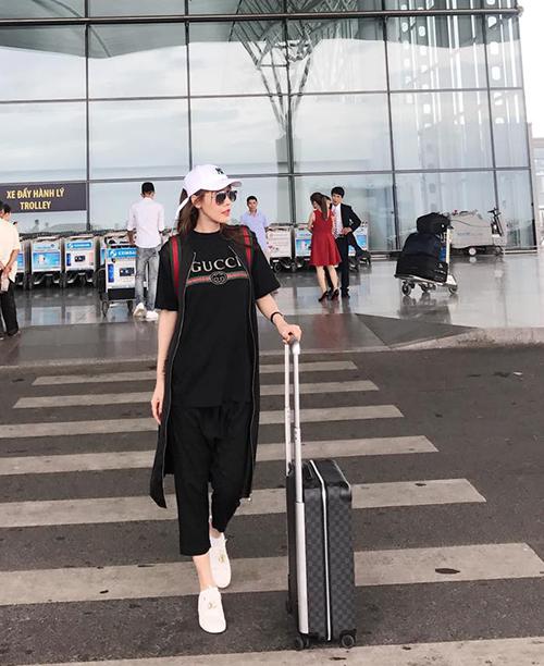 Quế Vân diện đồ năng động ra sân bay sang Thái Lan du lịch.
