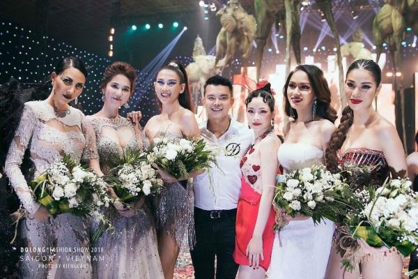Long chia sẻ ảnhchụp chung với dàn chân dài, rrong đó có Hương Giang sau khi show diễn vừa kết thúc.