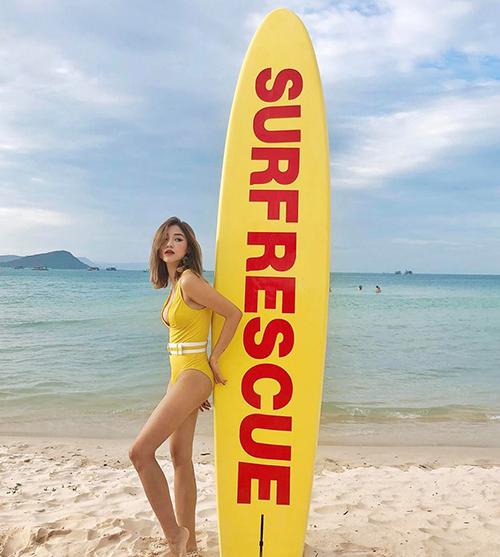 Sa Lim gây bất ngờ vì ít khoe dáng với đồ tắm dù có vòng một và thân hình rất nóng bỏng.