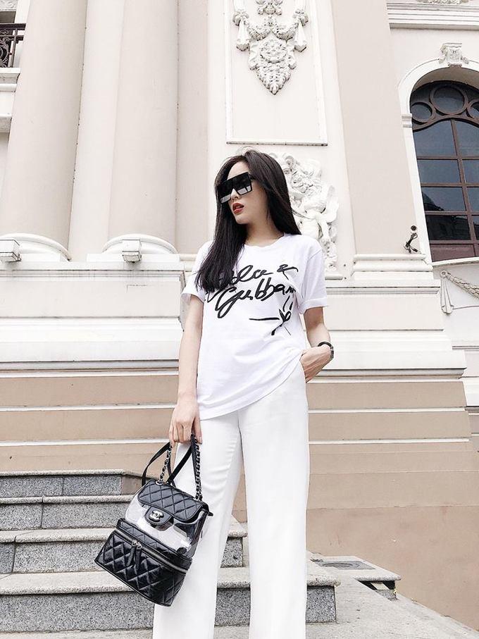 <p> Gần đây, mỗi bức ảnh xuống phố đời thường của Kỳ Duyên cũng có tới cả hàng nghìn lượt thích. Bộ đồ đơn giản với áo phông của Dolce & Gabbana có giá 6 triệu đồng mix cùng balo Chanel 80 triệu đồng và kính mắt YSL gần 12 triệu tạo cho người đẹp Thành Nam diện mạo sang trọng, thu hút.</p>
