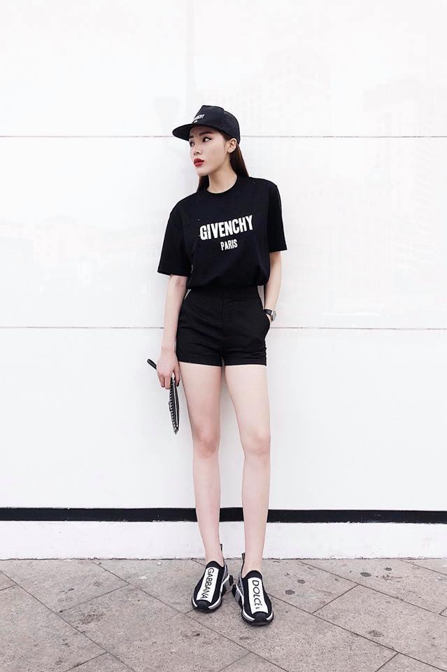 <p> Áo thun Givenchy 17 triệu phối cùng sneaker Dolce & Gabbana 17 triệu đồng là set đồ đầy tự tin, năng động của Kỳ Duyên khi xuống phố.</p>
