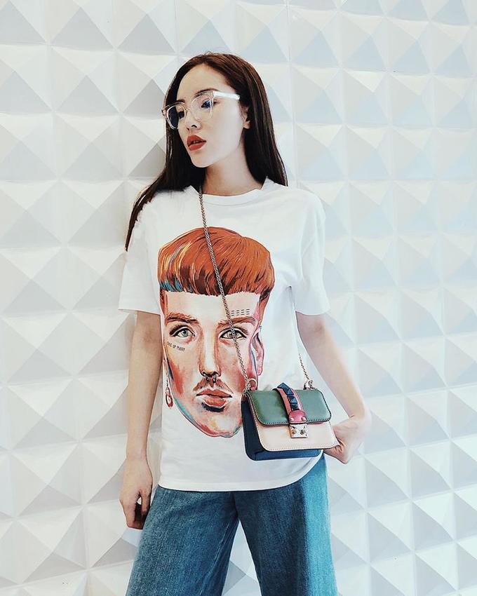 """<p> Áo phông Zara có giá hơn 600 nghìn đồng là món đồ bình dân nhất trong tủ đồ của Kỳ Duyên. Cách mix tinh tế cùng túi đeo chéo Valentino, kính Gentle Monster có giá """"hạt dẻ"""" nhưng đã nâng tầm đẳng cấp của set đồ lên rất nhiều.</p>"""