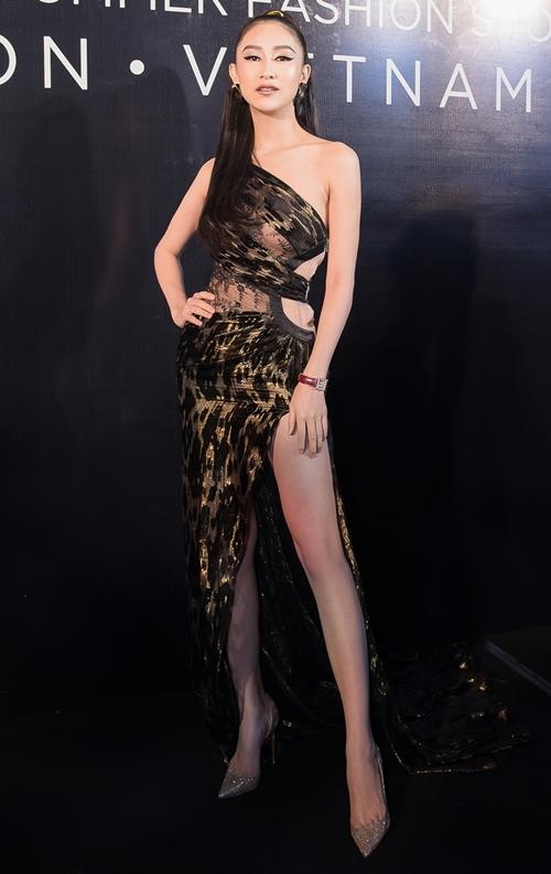 Hà Thu diện bộ trang phục lệch vai họa tiết da beo khoe vẻ đẹp khỏe khoắn và đầy tự tin.