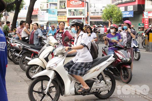 Nhiều thí sinh tự đi xe máy đến trường để dự thi.