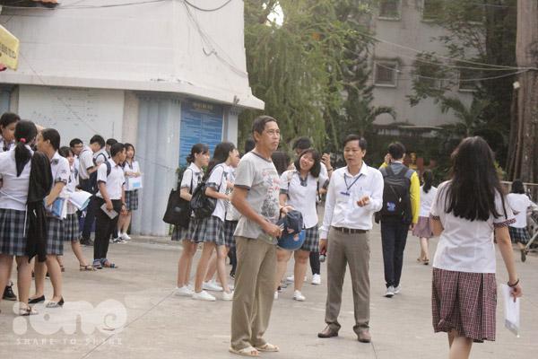 Tại địa diểm thi trường THPT Hoàng Hoa Thám (Q. Bình Thạnh, TP. HCM), các bạn thí sinh cũng tập trung ở cổng trường từ sáng sớm.
