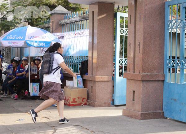 Vẫn có trường hợp thí sinh đi muộn và phải chạy vội vào trường trước khi đến giờ đóng cửa.