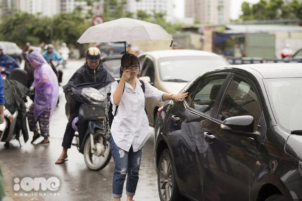 Dù cơn mưa gây cản trở giao thông nhưng cũng khiến thời tiết tại Hà Nội dịu mát hơn, các thí sinh sẽ thoải mái phần nào.