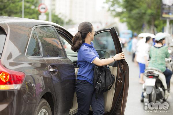 Vì trời mưa to nên nhiều thí sinh đã di chuyển bằng ô tô đến địa điểm thi tại trường THPT Chuyên Hà Nội -Amsterdam.