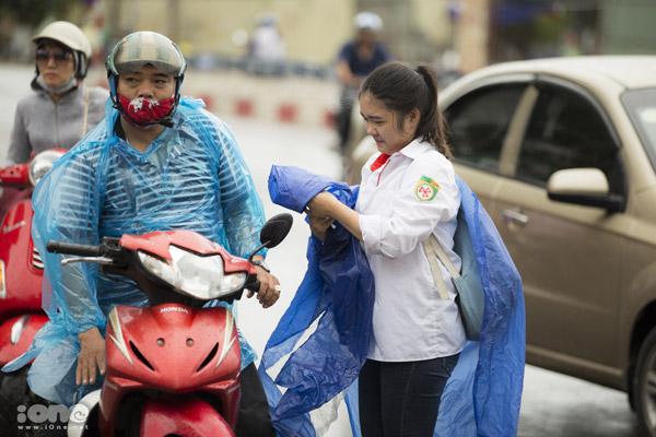 Tại Hà Nội, cơn mưa lớn vào đúng giờ thi khiến nhiều thí sinh gặp khó khăn trong việc di chuyển.