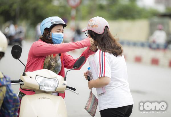 Tại điểm thi ở trường Hà Nội - Ams, đa số các thí sinh được bố mẹ đưa đi.
