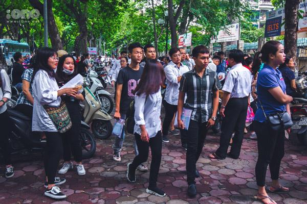 Tại địa điểm thi tại trường THPT Phan Đình Phùng (Hà Nội), các thí sinh và người nhà đã tập trung từ 6h sáng.