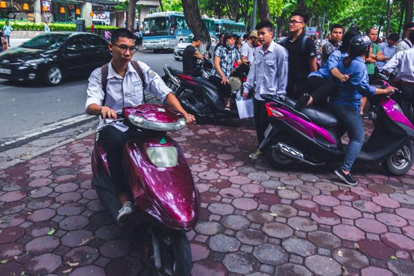 Cá biệt, có thí sinh đi thi bằng xe máy và không đội mũ bảo hiểm.