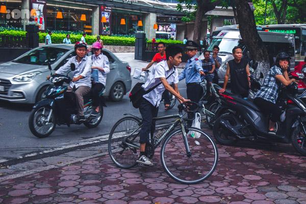 Nhiều bạn thí sinh khác tự chủ động đến trường bằng phương tiện cá nhân.