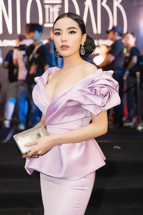 Hoa hậu Kỳ Duyên sang chảnh khi diện đầm màu tím nhạt được cắt cúp tinh tế, đi kèm với lối makeup lạ mắt và kiểu tóc cầu kỳ