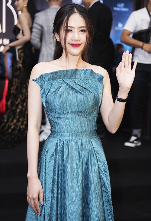 Nam Em dịu dàng với chiếc đầm màu xanh biếc được thiết kế theo kiểu bèo dúm đầy nữ tính.