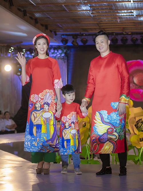 vợ chồng Hoa hậu Áo dài 2018 Phí Thuỳ Linh và con trai