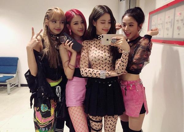 Black Pink hạnh phúc khoe cúp trên show âm nhạc. Nhóm liên tục gặt hái cúp No.1 nhờ ca khúc hit Ddu-du Ddu-du.