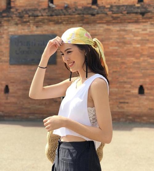 Muốn thử cách này, bạn phải chọn những chiếc turban hình vuông hoặc to bản, màu sắc càng bắt mắt càng giúp gương mặt thêm sáng sủa.