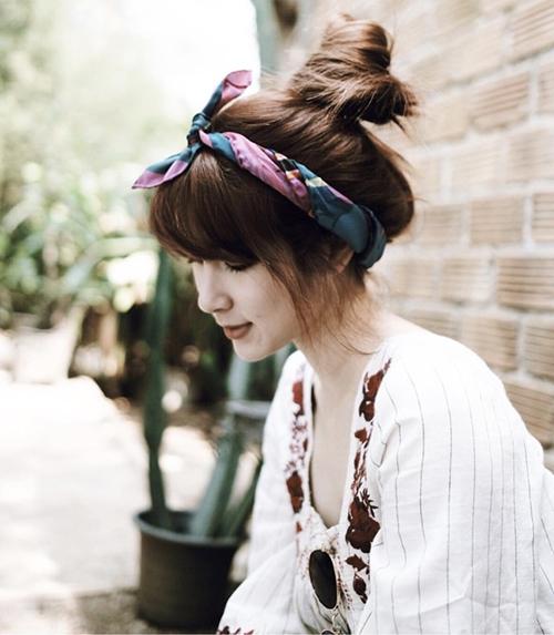 Cách thắt turban trên đỉnh đầu chưa bao giờ lỗi mốt và được ưa chuộng nhất vào mùa hè vì dễ phối quần áo, ai đeo cũng hợp. Tuy nhiên để giúp diện mạo thêm đáng yêu, bạn đừng quên thắt nơ cố định chiếc turban.