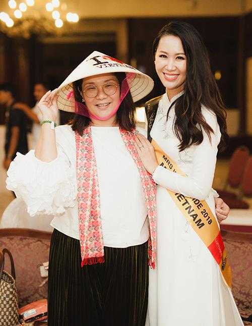 Người đẹp Việt Nam đã tặng cho bạn bè quốc tế món quà kỷ niệm, đó là chiếc nón lá có in bản đồ và dòng chữ I love Vietnam. Món quà này khiến các thí sinh rất thích thú và bày tỏ mong muốn sẽ đến Việt Nam du lịch trong tương lai không xa.