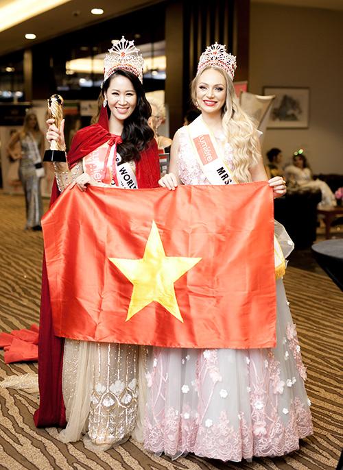 Trong đêm chung kết, Dương Thuỳ Linh cùng 24 thí sinh của nhiều nước trên thế giới trải qua các phần thi chung gồm trình diễn trang phục dân tộc và trang phục da hội.