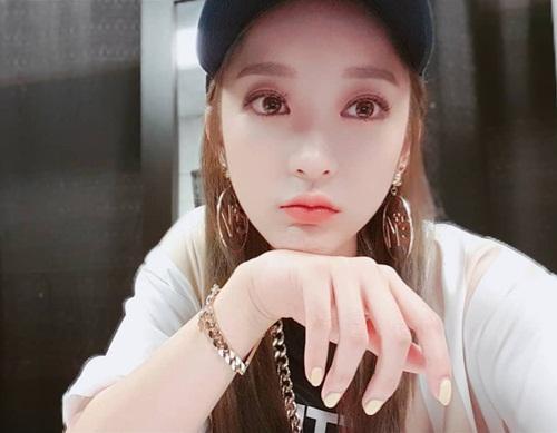 Hye Rin (EXID) để tóc dài trông xinh đẹp dịu dàng khác hẳn vẻ nhí nhảnh trẻ con thường thấy.