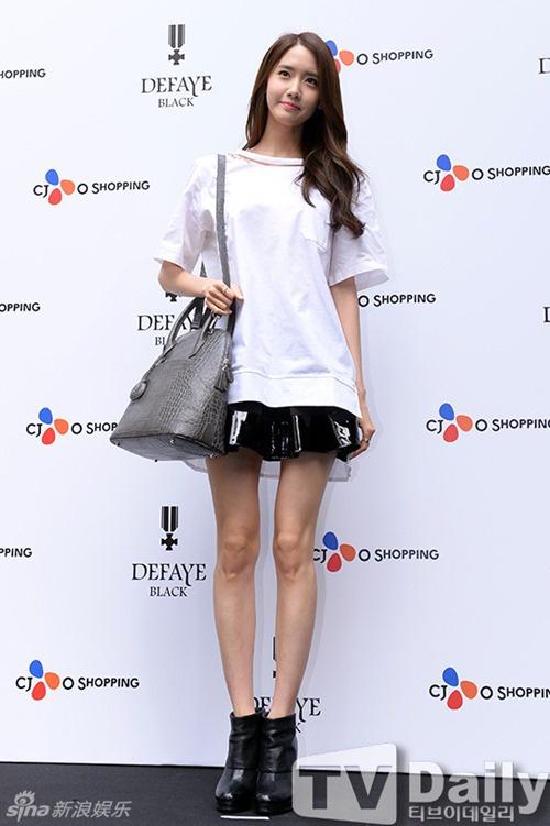 Suốt nhiều năm nay, cân nặng của Yoon Ah thường xuyên ở mức đáng báo động và là vấn đề gây tranh cãi. Đôi chân của cô nàng gầy tong như que củi.