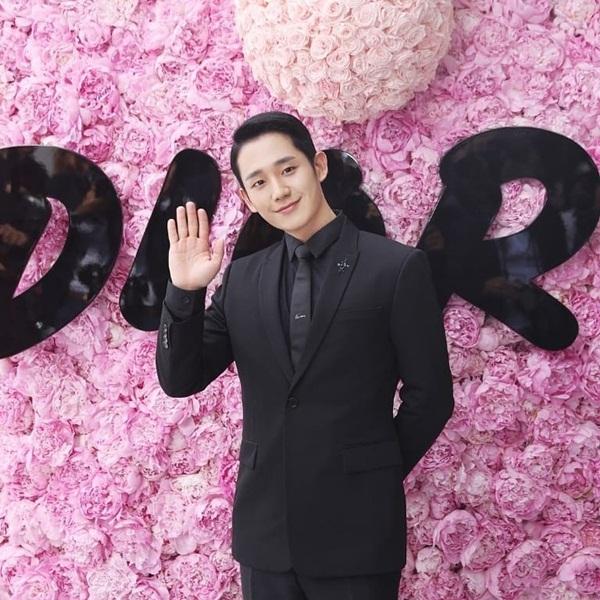 Trai đẹp Jung Hae In chải chuốt bảnh bao đến dự show thời trang của Dior.