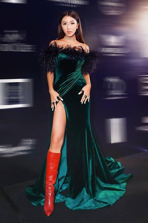 Tiếp tục khẳng định gu thời trang độc đáo, Quỳnh Anh Shyn đến tham dự show thời trang của NTK Đỗ Long tối qua với bộ trang phục không giống ai. Ngoài đôi boots đỏ chọi chan chát với chiếc váy xanh xẻ tà, hot girl còn gây ấn tượng với bàn tay phủ đầy nhẫn.
